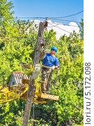 Купить «Электрик ремонтирует сельскую электросеть на территории Большого Сочи», фото № 5172098, снято 9 сентября 2013 г. (c) Владимир Сергеев / Фотобанк Лори