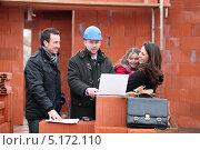 Купить «Семейная пара с дочкой обсуждают с риэлтором их строящийся дом», фото № 5172110, снято 21 января 2010 г. (c) Phovoir Images / Фотобанк Лори