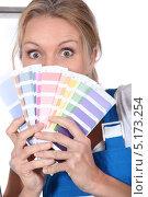 Купить «Девушка с палитрой для выбора краски», фото № 5173254, снято 1 июня 2010 г. (c) Phovoir Images / Фотобанк Лори