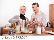 Купить «Семейная пара готовит на кухне», фото № 5173574, снято 20 октября 2010 г. (c) Phovoir Images / Фотобанк Лори