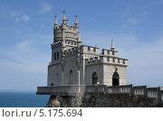Замок Ласточкино гнездо на фоне неба и моря. Ялта, Крым, Украина (2013 год). Стоковое фото, фотограф Илья Сладков / Фотобанк Лори