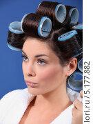 Купить «Красивая девушка с большими бигуди в волосах», фото № 5177882, снято 23 декабря 2010 г. (c) Phovoir Images / Фотобанк Лори