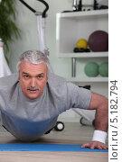 Купить «Пожилой мужчина отжимается в спортзале», фото № 5182794, снято 13 апреля 2010 г. (c) Phovoir Images / Фотобанк Лори