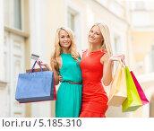Купить «Веселые девушки с покупками в пакетах на улице города», фото № 5185310, снято 8 сентября 2013 г. (c) Syda Productions / Фотобанк Лори