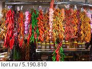 Связки красного перца и чеснока на испанском рыке. Стоковое фото, фотограф Яков Филимонов / Фотобанк Лори
