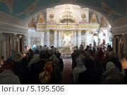 Купить «Балашиха, праздник Покрова в Покровском храме», эксклюзивное фото № 5195506, снято 14 октября 2013 г. (c) Дмитрий Неумоин / Фотобанк Лори