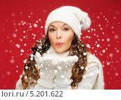 Купить «Красивая и счастливая молодая женщина в белом вязаном свитере», фото № 5201622, снято 22 сентября 2013 г. (c) Syda Productions / Фотобанк Лори