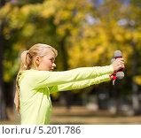 Купить «Молодая женщина тренируется в осеннем лесу», фото № 5201786, снято 19 июня 2013 г. (c) Syda Productions / Фотобанк Лори