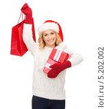 Купить «Счастливая молодая девушка держит в руках новогодние подарки», фото № 5202002, снято 27 сентября 2013 г. (c) Syda Productions / Фотобанк Лори
