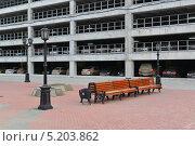 Скамьи между фонарными столбами по улице Вайнера (2013 год). Редакционное фото, фотограф Евгений Волвенко / Фотобанк Лори