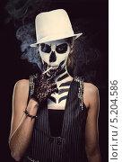 Купить «Женщина, загримированная в скелет, курит. Концепция о вреде курения», фото № 5204586, снято 19 октября 2013 г. (c) Alexander Tihonovs / Фотобанк Лори