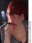 Молодая девушка в костюме с короткой причёской курит сигарету через длинный мундштук. Стоковое фото, фотограф Даниил Петров / Фотобанк Лори