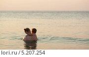Купить «Мама и сын купаются в море на закате», видеоролик № 5207254, снято 13 октября 2013 г. (c) Данил Руденко / Фотобанк Лори