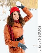 Купить «Девушка в оранжевом пуховике играет в снежки», фото № 5209662, снято 25 марта 2013 г. (c) Юлия Маливанчук / Фотобанк Лори