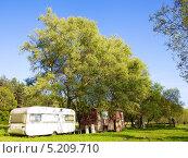 Жилые вагончики под деревьями (2013 год). Редакционное фото, фотограф Irina Kolokolnikova / Фотобанк Лори