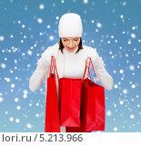 Купить «Привлекательная счастливая девушка с подарками к празднику», фото № 5213966, снято 15 августа 2013 г. (c) Syda Productions / Фотобанк Лори