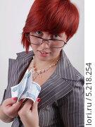 Молодая, симпатичная девушка, бизнес-леди , показывает деньги, Российские банкноты (2009 год). Редакционное фото, фотограф Даниил Петров / Фотобанк Лори