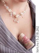 Российские деньги спрятанные на женской груди. Заначка от мужа. Стоковое фото, фотограф Даниил Петров / Фотобанк Лори