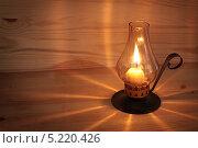 Лампада с горящей свечой на деревянном столе. Стоковое фото, фотограф Наталья Аксёнова / Фотобанк Лори
