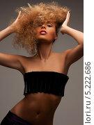 Купить «Красивая женщина с пышными волосами и короной», фото № 5222686, снято 6 июля 2010 г. (c) Syda Productions / Фотобанк Лори