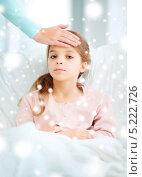 Купить «Маленькая простуженная девочка лежит в кровати», фото № 5222726, снято 9 октября 2013 г. (c) Syda Productions / Фотобанк Лори