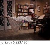 Купить «Девушка летает над пианино», фото № 5223186, снято 4 апреля 2011 г. (c) Darja Vorontsova / Фотобанк Лори