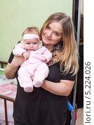 Купить «Молодая мама с крошечным ребенком на руках», фото № 5224026, снято 18 апреля 2011 г. (c) Кекяляйнен Андрей / Фотобанк Лори