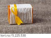 Купить «Кусок натурального мыла завернутый в бумагу с желтым бантиком», фото № 5225530, снято 12 апреля 2012 г. (c) Анна Гучек / Фотобанк Лори