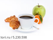 Чашка кофе с фруктами и круасанами. Стоковое фото, фотограф Наталья Немчинова / Фотобанк Лори