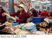 Мясники азиатской внешности торгуют в мясном ряду Дорогомиловского рынка города Москвы (2013 год). Редакционное фото, фотограф Николай Винокуров / Фотобанк Лори