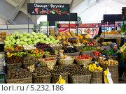 Купить «Прилавок с овощами и фруктами на Даниловском рынке города Москвы, Россия», фото № 5232186, снято 3 ноября 2013 г. (c) Николай Винокуров / Фотобанк Лори