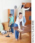 Родители с сыном убираются в комнате. Стоковое фото, фотограф Яков Филимонов / Фотобанк Лори