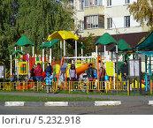 Купить «Детская площадка, город Реутов, Московская область», эксклюзивное фото № 5232918, снято 6 октября 2013 г. (c) lana1501 / Фотобанк Лори