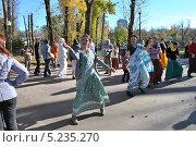 Купить «Кришнаиты танцуют на улице, парк Горького, Москва», эксклюзивное фото № 5235270, снято 13 октября 2013 г. (c) lana1501 / Фотобанк Лори