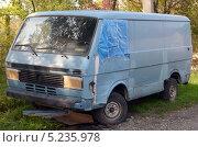 Купить «Микроавтобус Volkswagen», фото № 5235978, снято 8 октября 2013 г. (c) Олег Пчелов / Фотобанк Лори