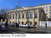 Купить «Двухэтажный жилой дом А. Т. Карповой построенный в 1861 г. перестроен в 1911 г. архитектором И.А. Германом, г. Москва, ул. Большая Ордынка, 36», эксклюзивное фото № 5238030, снято 15 октября 2013 г. (c) Алексей Гусев / Фотобанк Лори