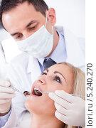 Купить «стоматолог осматривает полость рта у пациентки», фото № 5240270, снято 19 мая 2013 г. (c) Андрей Попов / Фотобанк Лори