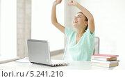 Купить «Счастливая студентка работает за ноутбуком в кабинете», видеоролик № 5241210, снято 2 июня 2013 г. (c) Syda Productions / Фотобанк Лори