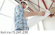 Купить «Строитель в каске работает на площадке», видеоролик № 5241230, снято 5 июня 2013 г. (c) Syda Productions / Фотобанк Лори