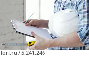 Купить «Строитель с документами и рулеткой в руках», видеоролик № 5241246, снято 5 июня 2013 г. (c) Syda Productions / Фотобанк Лори