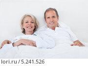 Купить «счастливая пара среднего возраста лежит в постели», фото № 5241526, снято 26 мая 2013 г. (c) Андрей Попов / Фотобанк Лори