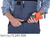 Купить «разводной гаечный ключ в руках рабочего», фото № 5241558, снято 26 мая 2013 г. (c) Андрей Попов / Фотобанк Лори