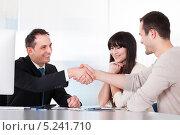 Купить «консультант поздравляет клиентов с приобретением», фото № 5241710, снято 20 апреля 2013 г. (c) Андрей Попов / Фотобанк Лори