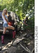 Купить «Девушки и застрявший автомобиль», фото № 5242650, снято 24 августа 2013 г. (c) макаров виктор / Фотобанк Лори