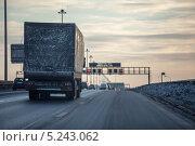 Купить «Грузовой автомобиль на грязной зимней кольцевой дороге в вечернее время. Санкт-Петербург», фото № 5243062, снято 16 декабря 2012 г. (c) Кекяляйнен Андрей / Фотобанк Лори