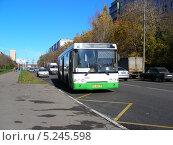 Купить «Автобус № 3 идет по Хабаровской улице, район Гольяново, Москва», эксклюзивное фото № 5245598, снято 12 октября 2013 г. (c) lana1501 / Фотобанк Лори