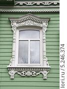 Купить «Окно жилого дома с резными наличниками. Город Коломна», эксклюзивное фото № 5246374, снято 26 октября 2013 г. (c) Щеголева Ольга / Фотобанк Лори