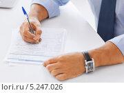 Купить «Молодой бизнесмен в сером костюме работает в офисе», фото № 5247026, снято 9 июня 2013 г. (c) Syda Productions / Фотобанк Лори