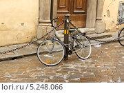 Велосипед, припаркованный у дома во Флоренции (2013 год). Стоковое фото, фотограф Инна Горохова / Фотобанк Лори