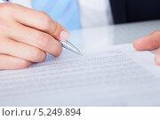 Купить «Мужская рука подписывает документ, крупный план», фото № 5249894, снято 6 июля 2013 г. (c) Андрей Попов / Фотобанк Лори